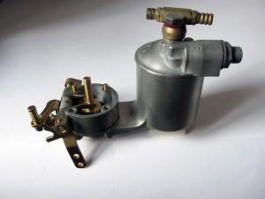 Vorratsspeicher: Bei HD-Vergasern ist das Schwimmergehäuse an den Vergaser angeschraubt und versorgt die Düse über einen Kanal mit Kraftstoff.