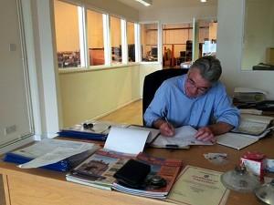 Brian Marelli, Leiter der einzigen offiziellen Bristol-Werkstatt. Bemerkenswert: Hier werden Rechnungen noch von Hand geschrieben!