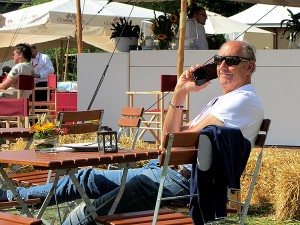 Hans Joachim Stuck nimmt eine kleine Auszeit vor der nächsten Autogrammstunde